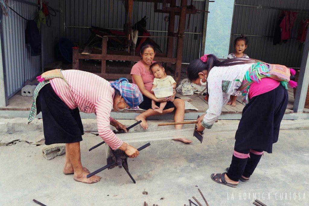 Mujeres tejiendo en Sapa