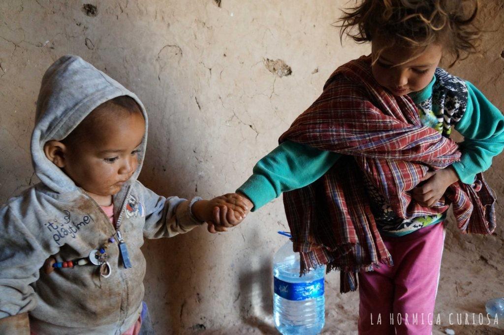 Niños de un poblado nómada del desierto del Sáhara, Marruecos